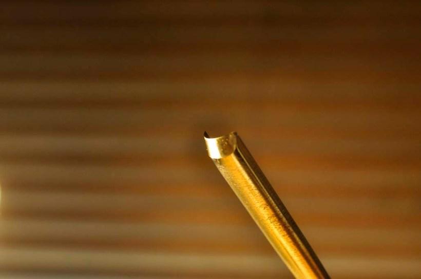 平面の上を前後に滑らせながら同時に刃を回転させることは結構難しいので、まだまだ満足のいかないことの方が多いです。ロクロのような回転砥石であれば刃の安定に集中できるのでいつかは導入したいものです