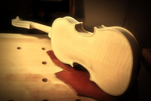 ヴァイオリン横置き/背面