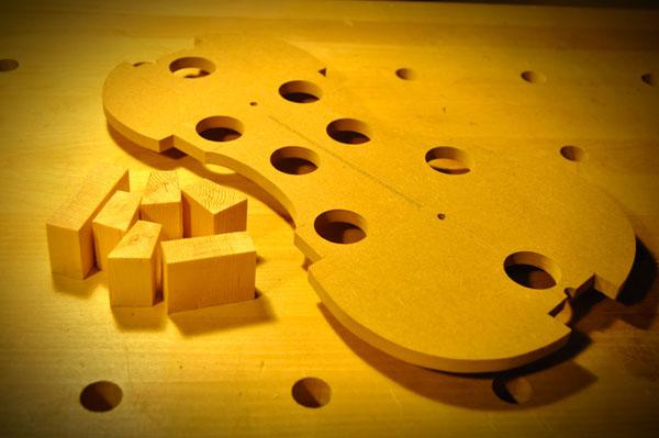 これらのブロック材をコーナー部などに接着します