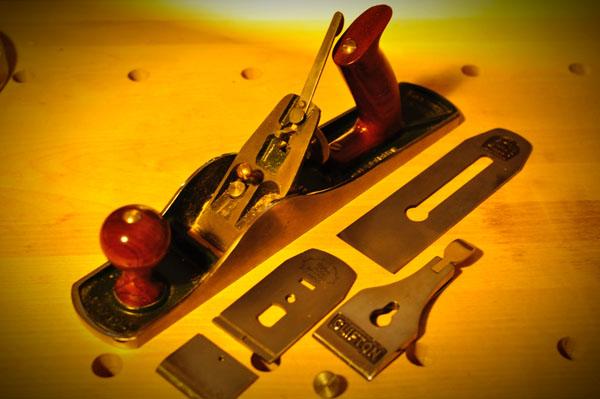 刃に関する部分を分解した状態、まだ台についているパーツもさらに分解でき、調整が可能です