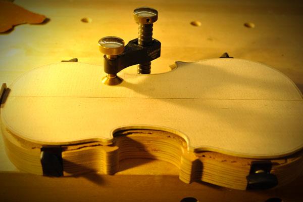 これからヴァイオリン表板の内側を削り出してゆきます