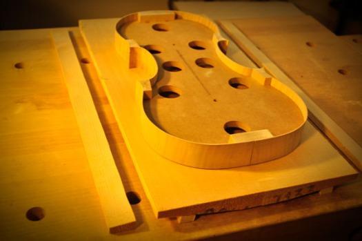 ヴァイオリン表板材の余白部分をカット