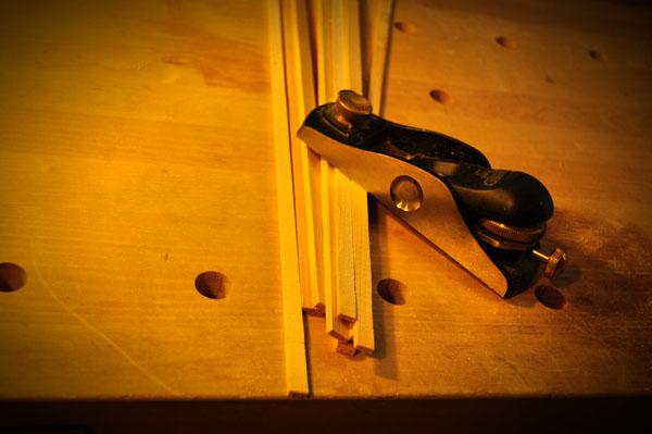 カットしたスプルース材をスライス状に切り出す