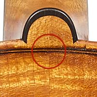 ネックのヒール部分、裏板のボタン部
