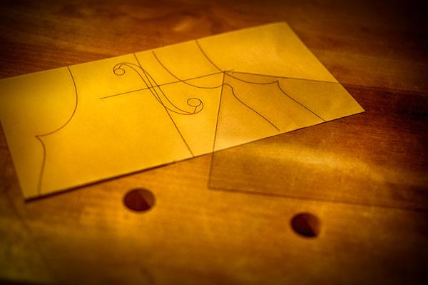 薄いアクリル板をテンプレートの素材にします