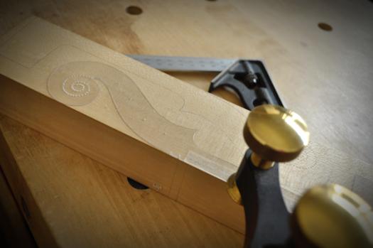 一つのブロック材から二本のネックを切り出します