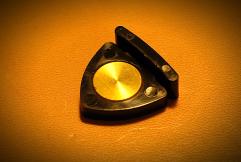 柔らかめのプラスティック素材に嵌め込まれた真鍮